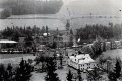 Pohled přes údolí Muzlova na Angrův mlýn - k. r. 1950