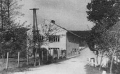 Nalevo česká škola na Muzlově, napravo kovárna - rok 1970