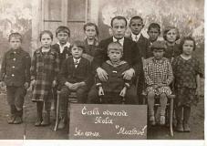 Děti s učitelem Česká škola Muzlov 1927- 1928
