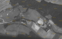 Letecký snímek, spodní část obce Muzlov, roku 1954.