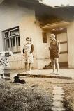 Před strážním domkem na Muzlově.